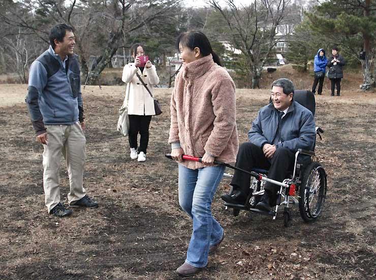 富士見高原リゾートで車いすけん引器具「JINRIKI」を試す参加者