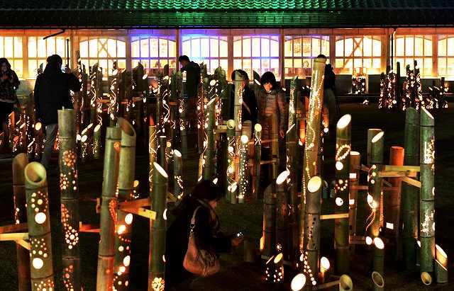 開湯130年のフィナーレを飾る「あわら灯源郷」で温泉街を優しく照らす竹灯り=12日午後5時45分ごろ、あわら市のえちぜん鉄道あわら湯のまち駅前広場