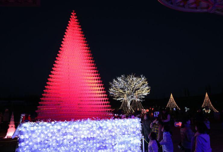 園内を華やかに彩ったイルミネーション=12日、長岡市の国営越後丘陵公園
