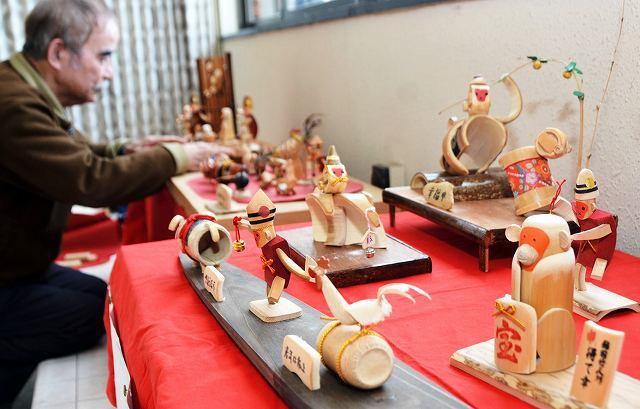 竹細工のかわいらしい「申」が並ぶ展示=福井県あわら市のえちぜん鉄道あわら湯のまち駅