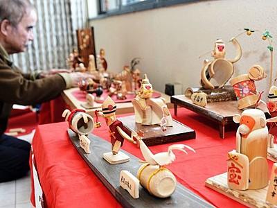 竹の曲線を生かし愛らしい「申」 あわらの駅で作家と教室生作品展