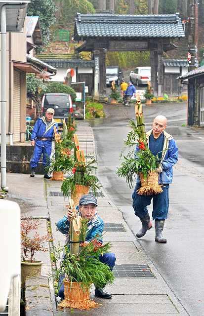 大安禅寺門前の家々に手作りの門松を飾る地元有志ら=16日、福井市田ノ谷町
