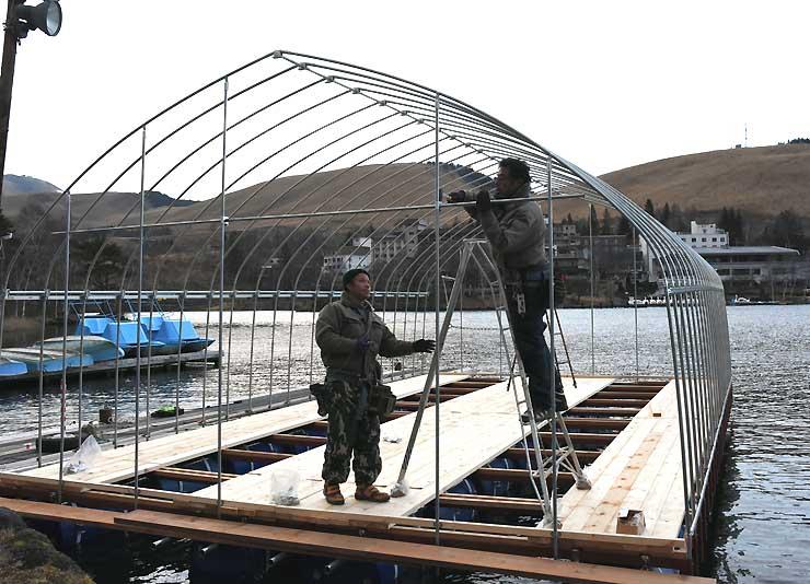 12季ぶりのワカサギ釣り復活に向けて白樺湖で設置が進むドーム船