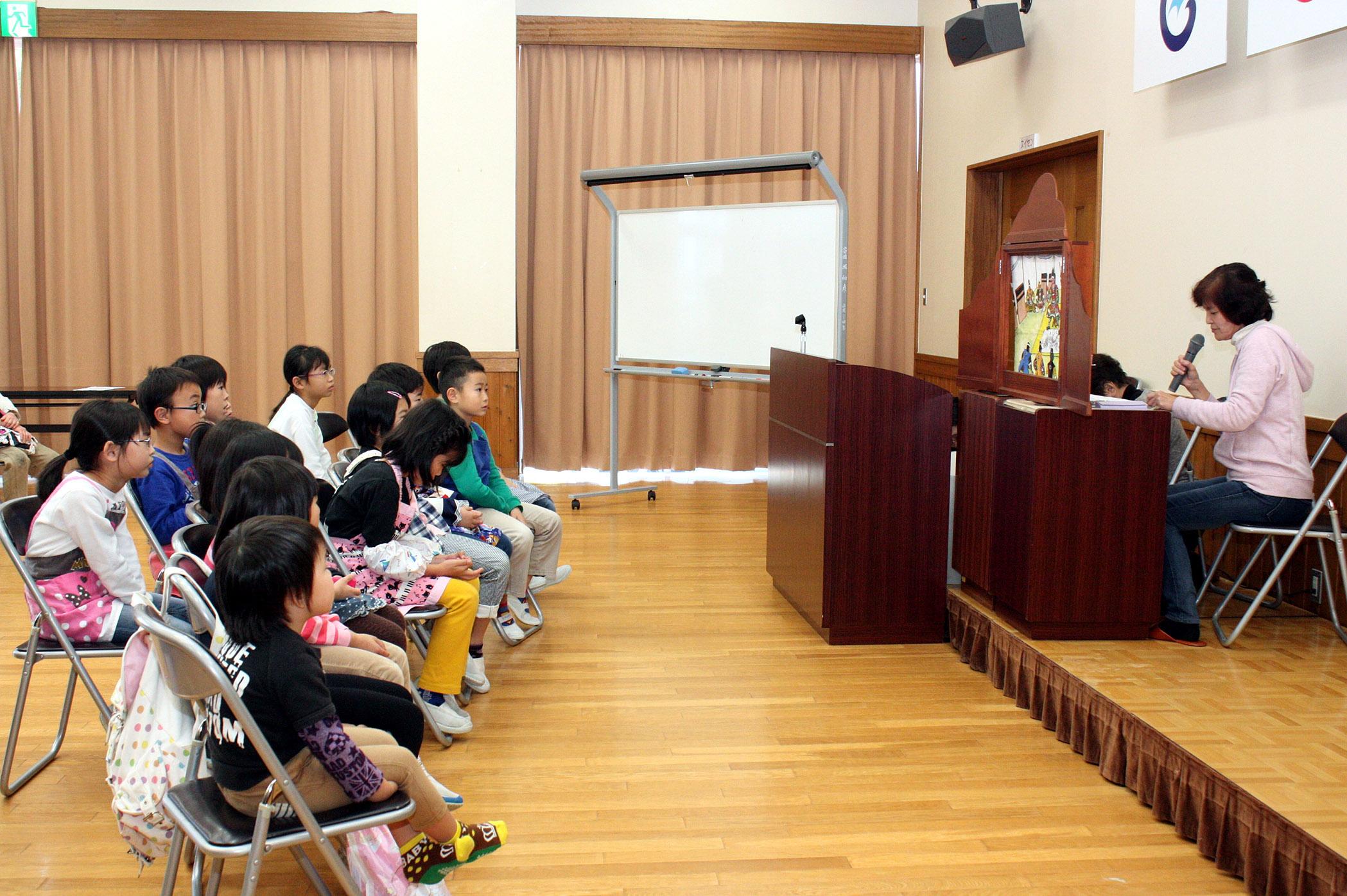 紙芝居を楽しむ児童=七尾市徳田公民館