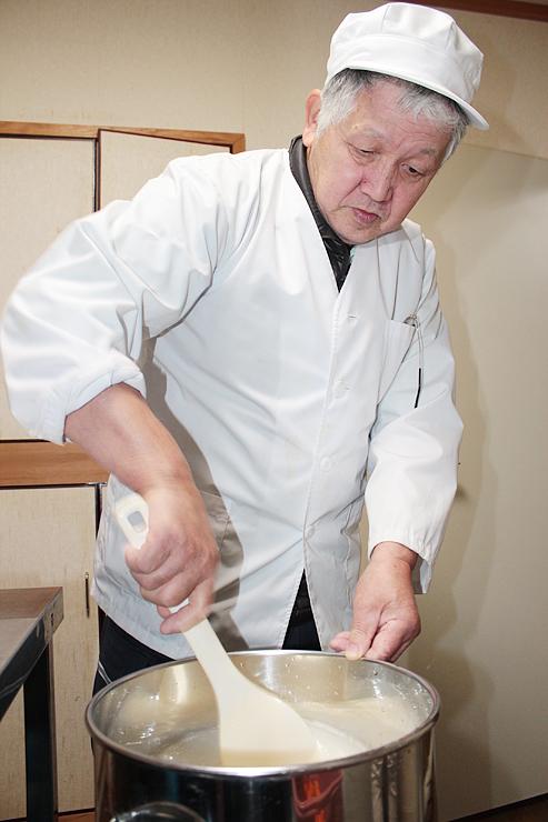 ブリの酵母を使ってどぶろくを仕込む角間さん=小境荘