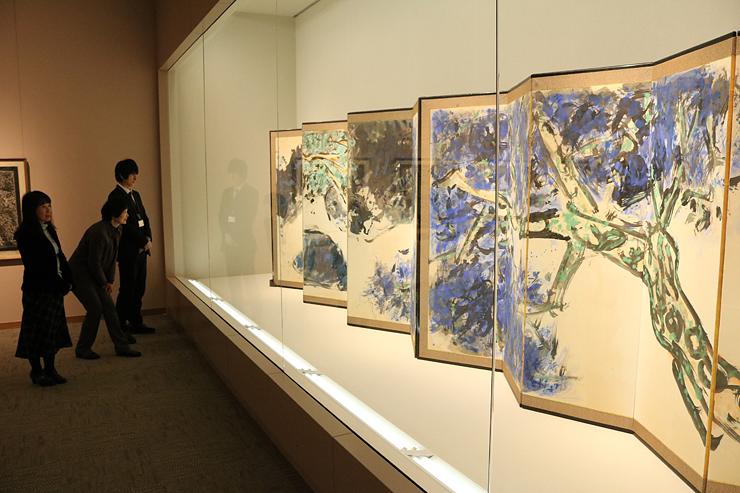 福光疎開時代の志功が独自の描法で描いた大作「松柏図」=福光美術館
