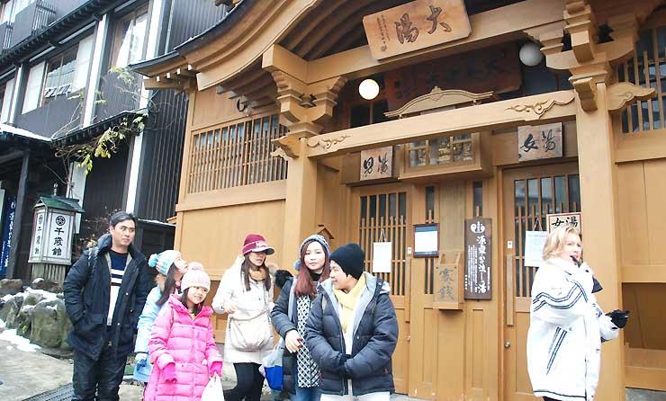 温泉街を歩く外国人観光客ら。スキー場オープンを待ちわびていた