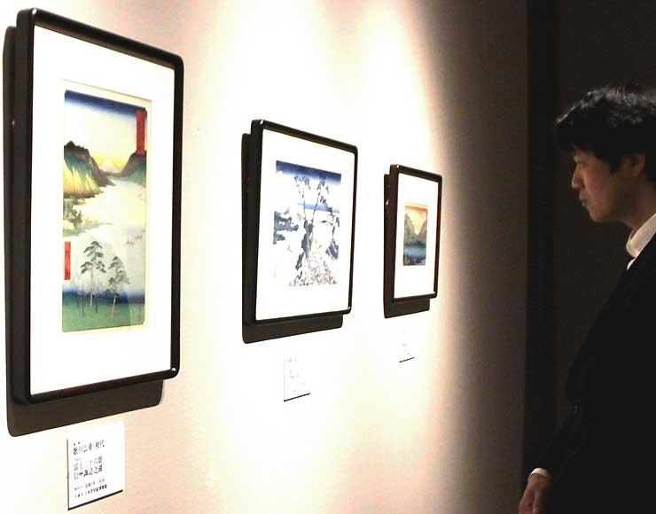 葛飾北斎や歌川広重の作品が並ぶ企画展会場