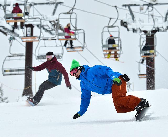 初滑りを楽しむスノーボーダー=18日、福井県勝山市のスキージャム勝山