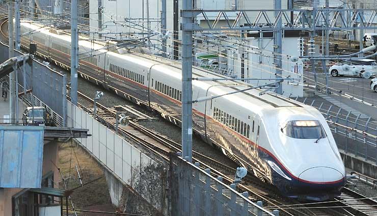 来年3月で定期運行をやめる見通しとなった北陸新幹線のE2系車両=18日午後、長野市