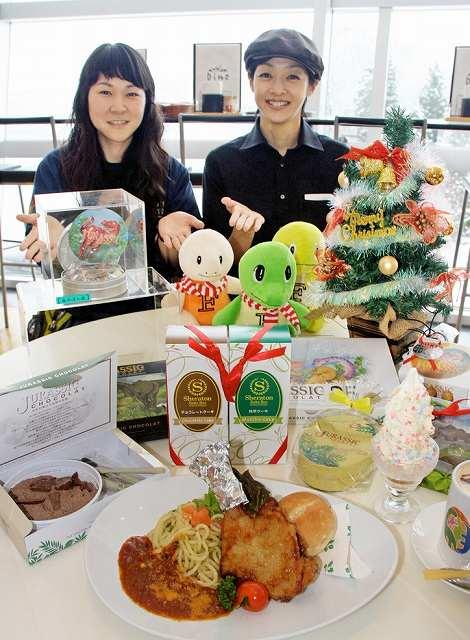 クリスマスにちなんだグッズや料理=18日、福井県勝山市の県立恐竜博物館