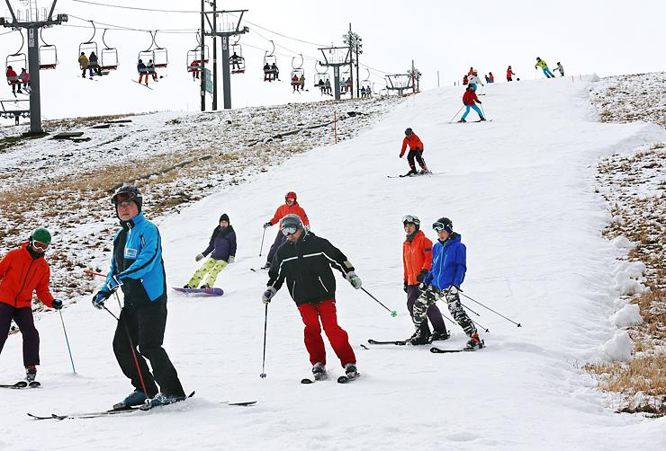 初滑りを楽しむスキーヤーやスノーボーダーでにぎわうゲレンデ=牛岳温泉スキー場