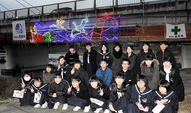 越前市のシンボルを取り入れたイルミネーションと、デザインした武生三中美術部員=20日夕、同市村国1丁目