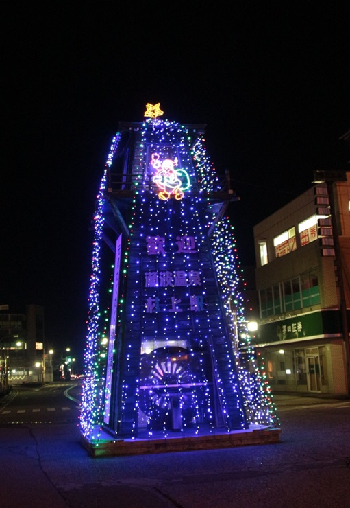 歓迎塔を彩るイルミネーション=JR村上駅前
