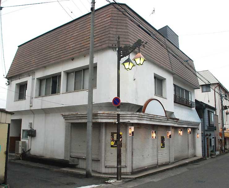 湯田中温泉の空き施設。1階にカフェと案内所、2階にWAKUWAKUやまのうちの事務所が入る