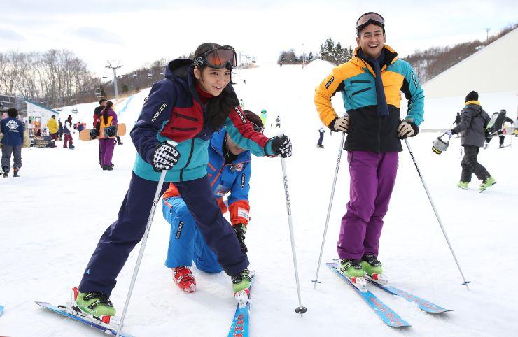 スキーを体験するJKT48のメンバー=21日、湯沢町湯沢