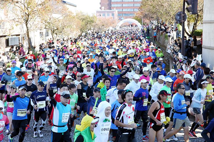 北陸新幹線開業を記念して行われたことしの富山マラソン=11月1日、高岡市役所前