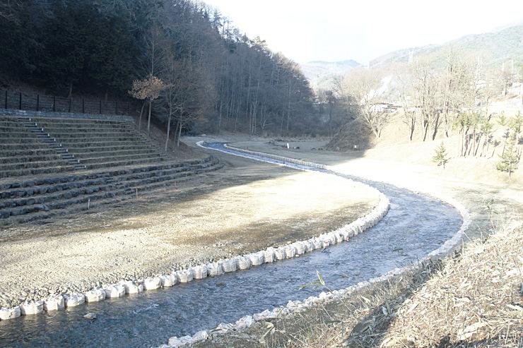 観覧席設置のために整地をした木落し坂前の砥川河川敷