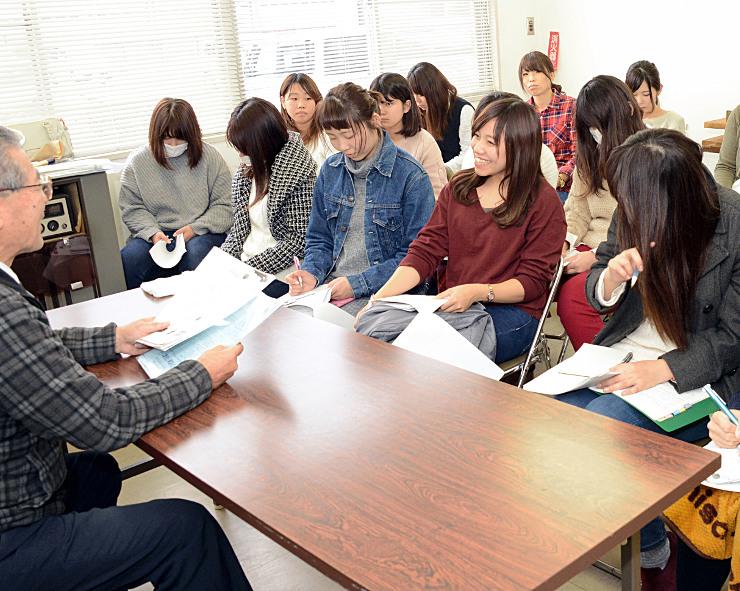 松野さん(左端)から戦国大名真田家について学ぶ長電バスのガイドたち