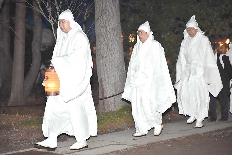 御供所での秘儀を終え、本堂へ向かう僧侶たち=23日午前1時46分、長野市の善光寺