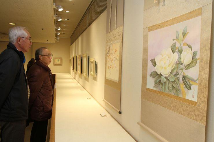 繊細な筆致で描かれた作品が並ぶ三輪時子さんの日本画展=22日、新潟市中央区西堀通5