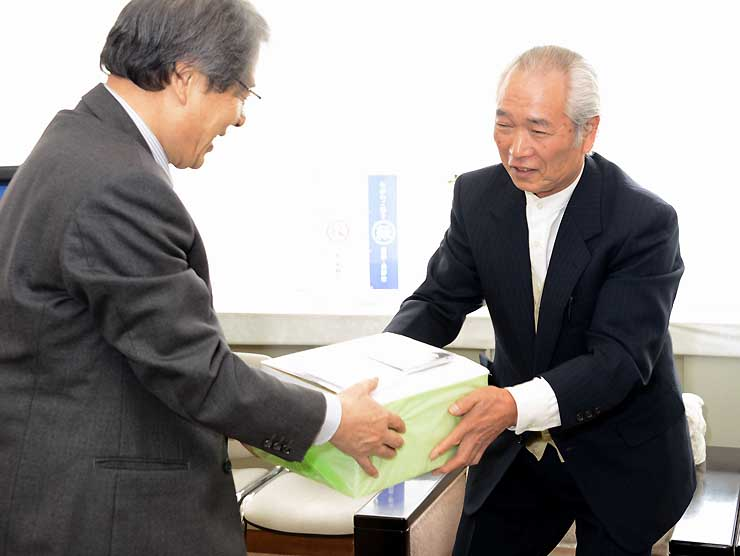 「真田丸」ゆかりの地を撮影したDVDを近藤教育長に手渡す宮下理事長(右)