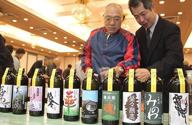「伊那八峰」シリーズの新酒を試飲する参加者