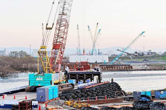 北陸新幹線金沢―敦賀の開業に向け、着々と工事が進む九頭竜川橋=福井市上野本町