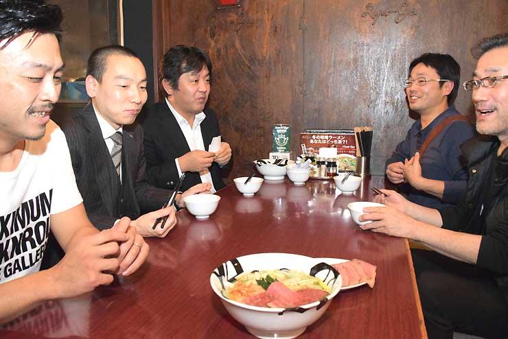 赤羽さん(左)が開発した塩ラーメンを試食する本町商店街振興組合の組合員ら