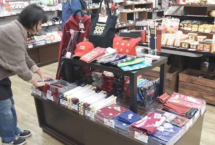 真田氏にちなんだグッズが並ぶ上田市観光会館の売店