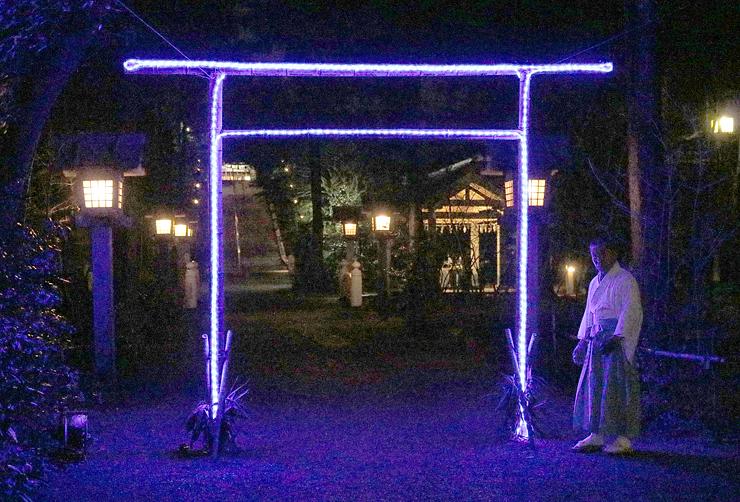 LEDの付いた竹の鳥居が設置された境内