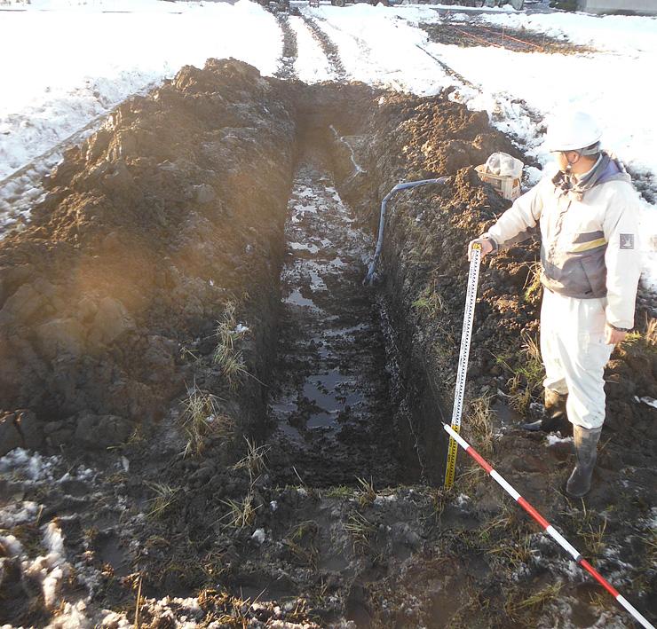 平榎亀田遺跡で見つかった堀跡。平榎城の遺構とみられる=富山市平榎(2014年12月撮影)