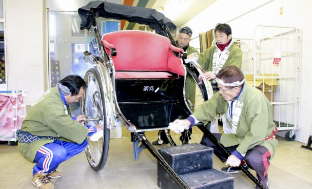 人力車を清掃する越前こぶし組のメンバー=27日、福井県大野市明倫町