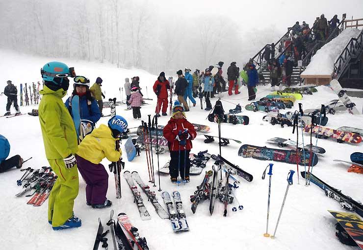 家族連れらでにぎわう白馬村のスキー場「Hakuba47」=27日午後2時15分