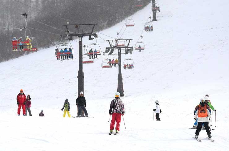 長野市の戸隠スキー場でスキーを楽しむ人たち=27日午後2時すぎ