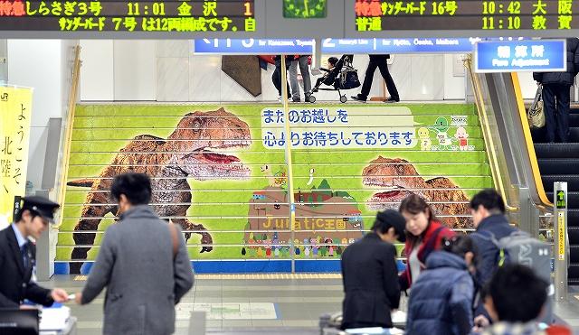 JR福井駅の中央階段に登場したジュラチックのキャラクターとフクイラプトル=28日、福井市中央1丁目