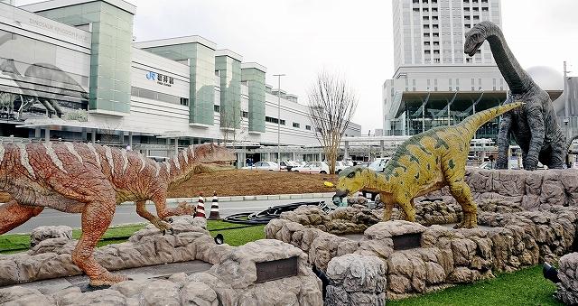 3月以降も現在地での展示が決まった恐竜モニュメント=28日、福井市のJR福井駅西口