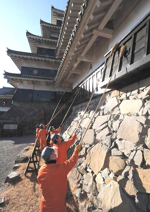 長いほうきで1年の汚れを落とした松本城のすす払い