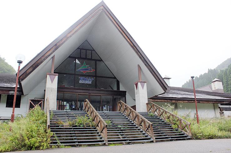 旧スノーバレー利賀スキー場のセンターハウス。森の大学校の校舎とすることが検討されている=南砺市利賀村上百瀬