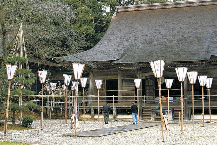 境内に設置されたぼんぼり=羽咋市滝谷町の妙成寺