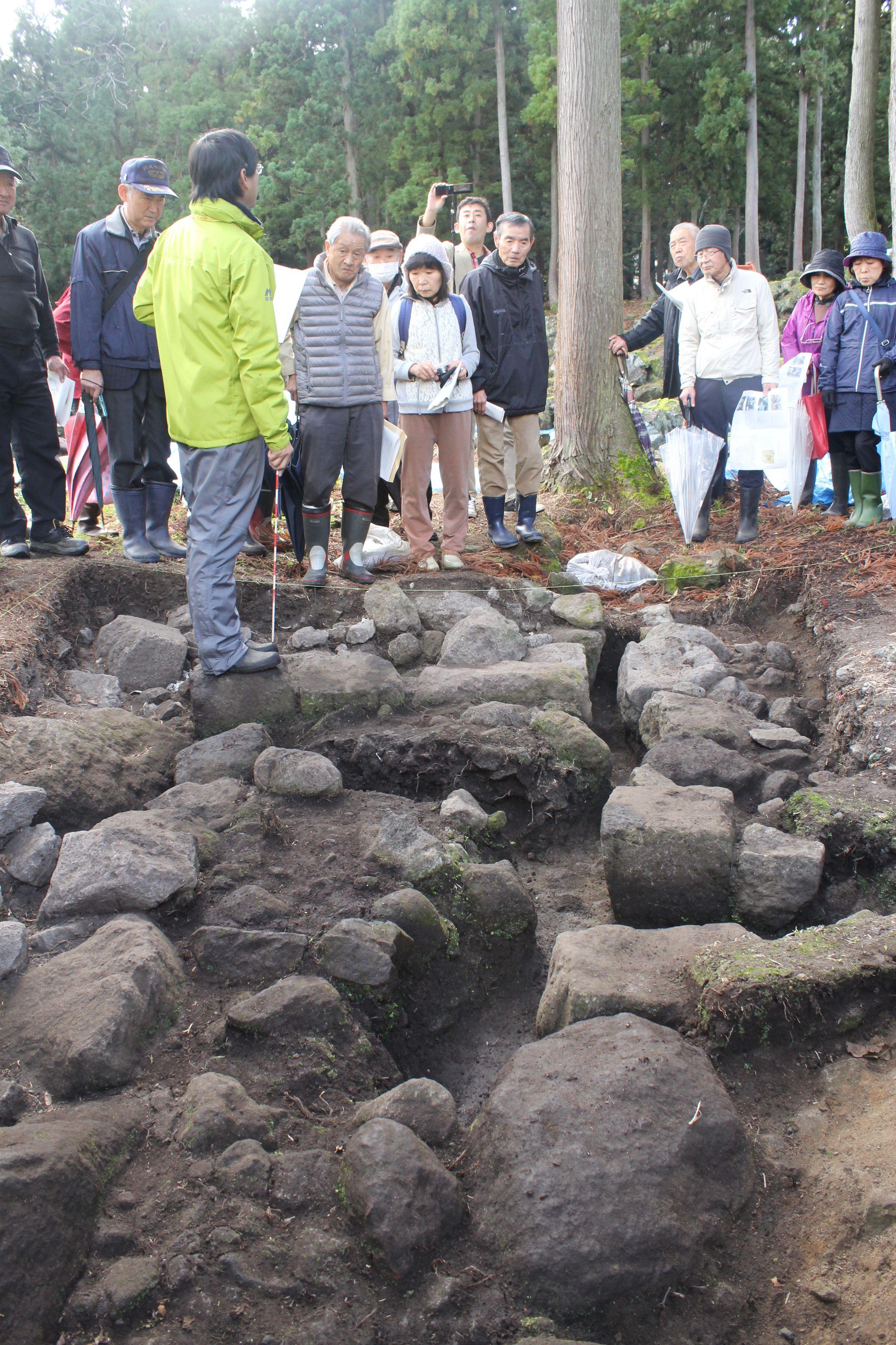 国指定名勝「旧関山宝蔵院庭園」の修復整備に伴う発掘調査の報告会=11月15日、妙高市関山