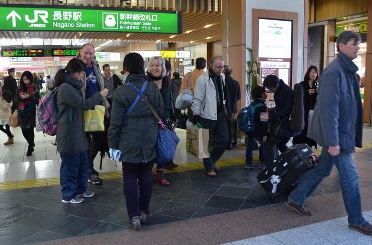 帰省客や外国からの旅行客でにぎわったJR長野駅=30日午後0時38分