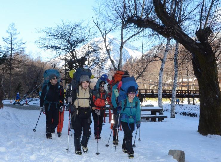 新年を北アルプスで迎えようと上高地を歩く登山者=30日午前11時ごろ、松本市安曇