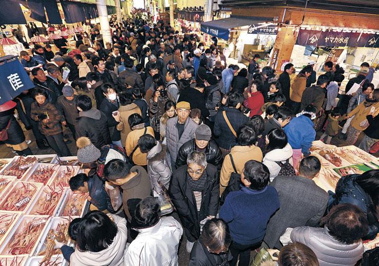 大勢の地元客や観光客でにぎわう場内=金沢市の近江町市場