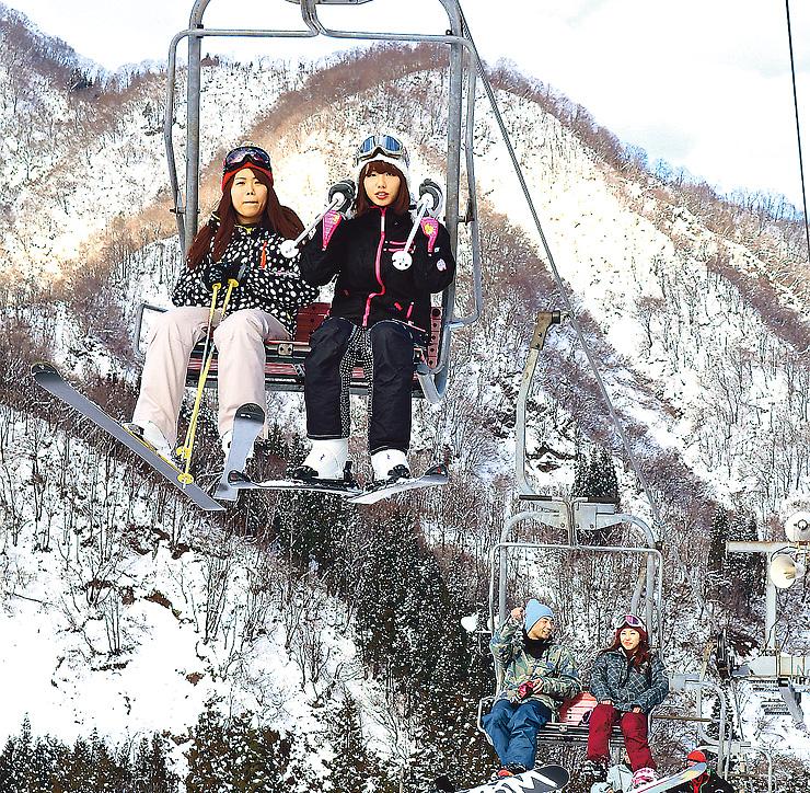 大勢のスキーヤーとスノーボーダーでにぎわうゲレンデ=南砺市のたいらスキー場