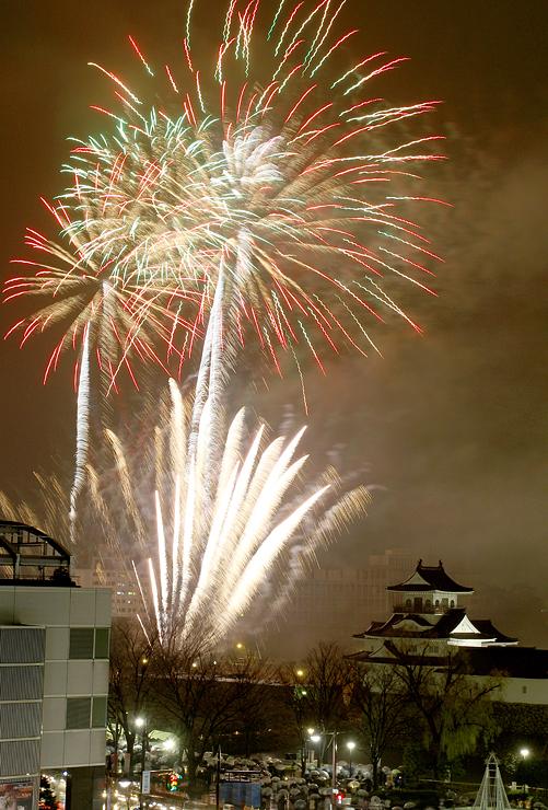 新年の幕開けを華やかに祝ったカウントダウン花火2016=1日午前0時すぎ、富山城址公園(多重露光)