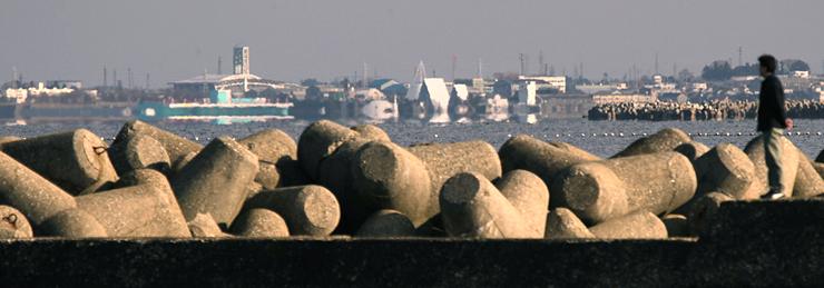 上市川河口から魚津市方向に蜃気楼が出現。魚津埋没林博物館などが変形して見えた=1日午前9時半ごろ、滑川市魚躬