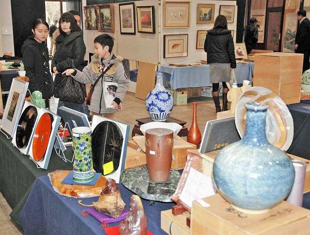 掘り出し物を探す買い物客でにぎわった「越前骨董」のチャリティーコーナー=2日、福井市の県産業会館