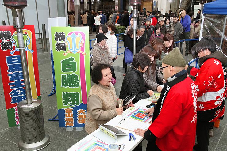 大相撲春巡業富山場所の前売り券が先行販売され、列をつくって買い求めるファン=グランドプラザ