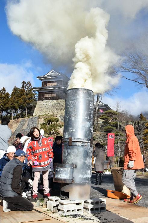 上田城跡公園やぐら下芝生広場で上げられたのろし